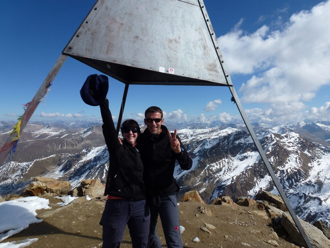 Celina und Patrick auf dem Gipfel des Piz Languard im Kanton Graubünden