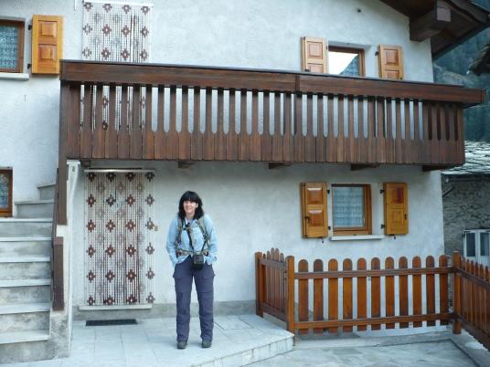 Celina, noch etwas verschlafen, vor unserer Ferienwohnung in Isola