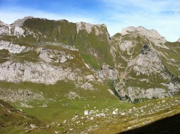 Blick auf die Meglisalp, im Hintergrund die Ageteplatte und die Falalp