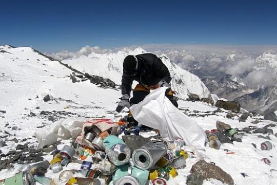 Am Everest wird Abfall eingesammelt.